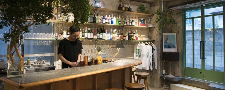 デザイン会社が運営する池尻大橋のストリートバー〈LOBBY〉へ。おいしいお酒とアートに浸れる一軒。