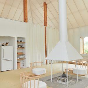 ホテルの顔ともいえる白い客室、「Même(メーム)」は、建築家・隈研吾氏がアイヌの伝統民家チセをモチーフに設計したもの。外側を覆う膜材は二重構造になっており、太陽光を室内に通し、隙間に熱を循環させることで、冬でも暖かさを保てるのだとか。