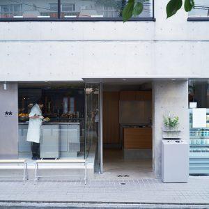 コンクリート打ちっぱなしの外観。外には簡易的なベンチも設置している。