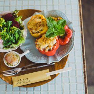 パプリカに挽き肉やご飯、チーズを詰めたギリシャの郷土料理イエミスタと鎌倉野菜のランチプレート2,000円。