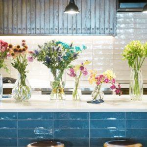 話題のニュースポット〈ザ ロイヤルパーク キャンバス 銀座8〉で、フラワーアーティスト・前田有紀さんによるお花のワークショップを開催。