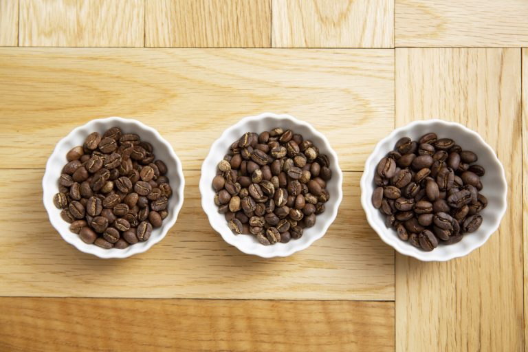 今回飲み比べた3種の豆。見た目だけでも違いがある。右上から時計回りに、エチオピア、マンデリン、コロンビア。