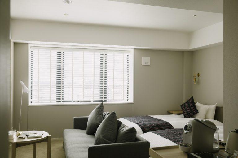 生成り色を基調としたやわらかな雰囲気の客室。客室は4タイプ。