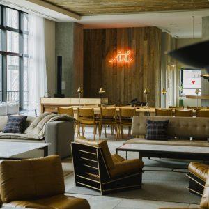 ナチュラルな家具に、ホテルでは世界初となる超音波技術を活用したサラウンドと世界最高峰のサウンドシステムを擁したリビングは、ホテルの顔ともいえる存在。