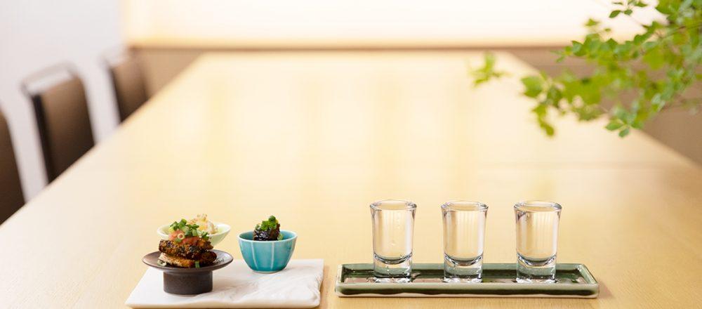 「日本酒&サンマの柚子胡椒煮」など、酒呑みの心をくすぐる酒肴がそろう。日本酒は「3種飲み比べセット」2,800円が定番。