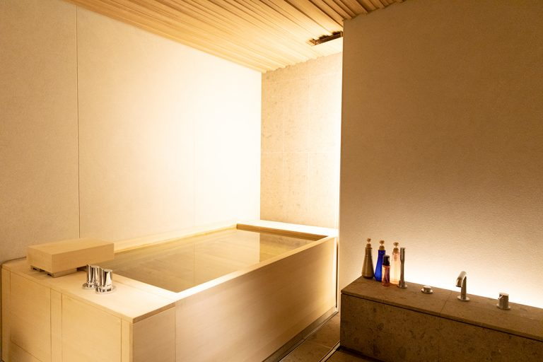 香りのいい青森檜葉(ひば)の貸し切り風呂〈YUUYA/湯屋〉は45分2,000円。