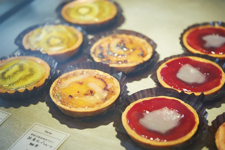 季節の果物の焼きタルトは450円~。