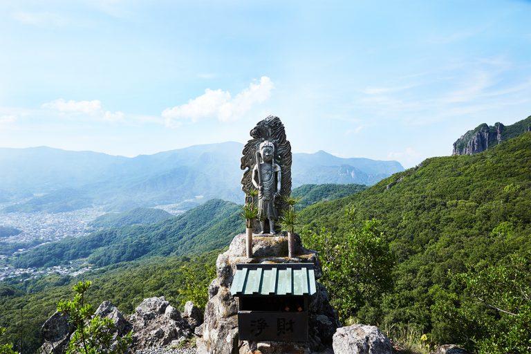 本堂の真上に位置する崖の行場には「浪切さん」の愛称で親しまれる不動明王がいらっしゃる。
