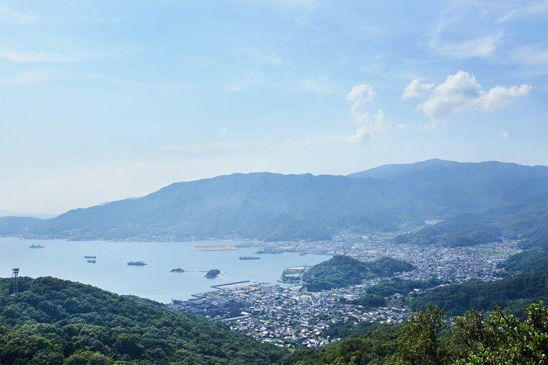 小豆島を一望できる雄大な風景。山道を登ってきた疲れも一気に吹き飛ぶ。