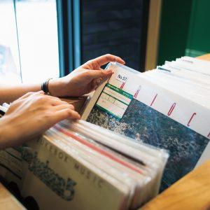 ロビーではレコードのレンタルも実施。一度に2枚のレコードを客室に持ち帰れる。