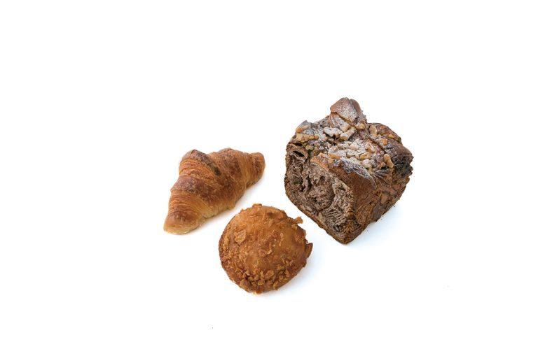 左から、クロワッサン 200円、しあわせなカレーパン 270円、ショコラブレッド(ハーフサイズ) 325円