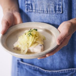 料理家さんたちが提案!ご当地おみやげのアレンジレシピ 「まぐろコンフィのサラダ(セロリとレモンのマリネのせ)」
