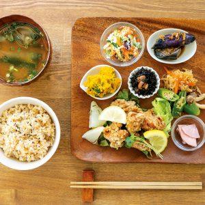 主菜が選べる「惣菜のベジプレートセット」1,080円(税込)~。写真は大豆ミート鶏カラ風。鶏そっくりの食感!