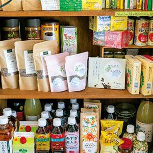 お店で使っている調味料やおすすめの食材も販売。家でも体が喜ぶ食事作りにトライしてみては? プレゼントにも良さそう。