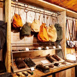 1階で販売しているポーチやバッグなどの革小物は2階の工房で作られたもの。しっかりとした作りで男女問わず使えるアイテムが並ぶ。