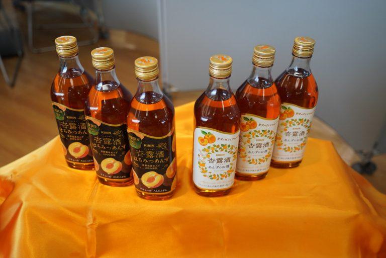「杏露酒 はちみつあんず」(左)と定番の「杏露酒」(右)。
