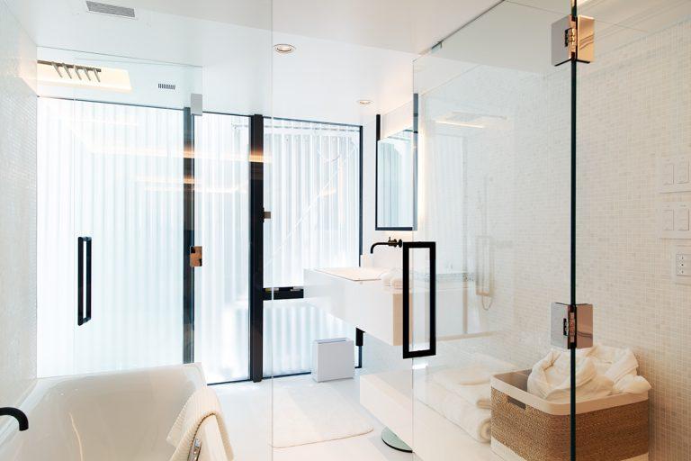 ホテルデザインは〈Cassina ixc〉が監修。客室は約3分の1を占めるバスルームが贅沢。