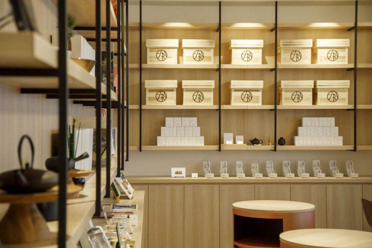 フロントはティーカウンターも兼ね、滞在中いつでも一服が可能だ。部屋の照明が茶せん形なのもユニーク。オリジナルグッズはお土産に最適。