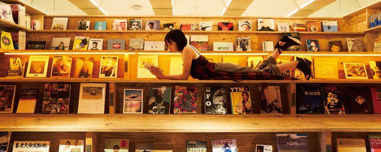 """""""泊まれる本屋""""が新宿に登場!ホテル〈BOOK AND BED TOKYO SHINJUKU〉で読書三昧。"""