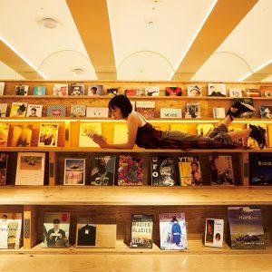 たけうち・ももこ/1995年、京都府生まれ。俳優。映画『ホットギミック ガールミーツボーイ』『21世紀の女の子』が公開中。 階段状の書棚やソファなど、ベッド以外のスペースでもリラックスできる。