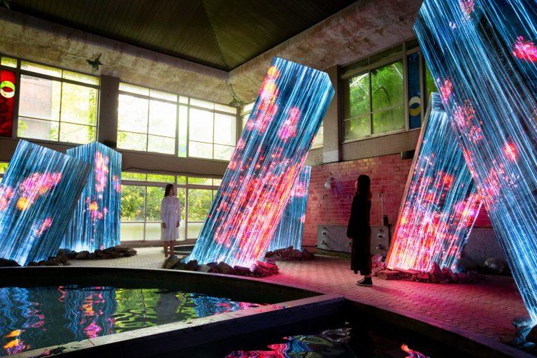 チームラボ『廃墟の湯屋にあるメガリス/ Megaliths in the Bath House Ruins』teamLab, 2019, Interactive Digital Installation, Sound:Hideaki Takahashi