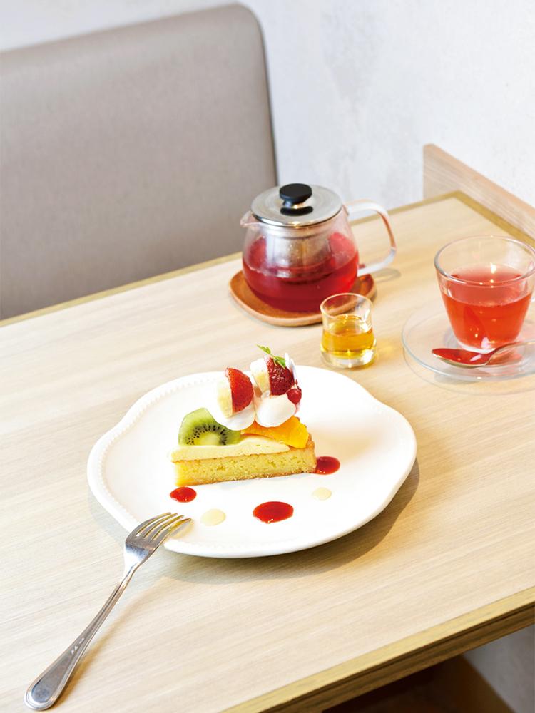 彩りフルーツのタルト 712円。旬のフルーツを贅沢に使ったタルトは、その名のとおり見た目も華やか。