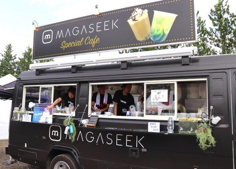 〈MAGASEEK〉のロゴが入ったキッチンカーでお出迎え。