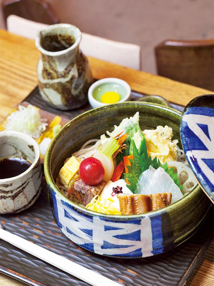 ちらしそば 1,600円。そばの上に産地直送の刺身や天ぷら、煮物など、季節の味覚がぎっしり。思わず笑顔がこぼれそう。