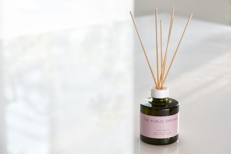"""ザ パブリック オーガニック ホリスティック精油ディフューザー スーパーポジティブ 180㎖ 15,000円(カラーズ 050-2018-2557) 「香りを選ぶときは、商品の説明書きよりも自分の感覚を信じて、""""なぜかこの香りに惹かれる""""感覚を大切にしています」"""