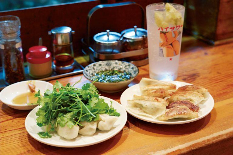 焼き餃子と水餃子は10個550円(税込)~。和風だし入りの特製だれにたっぷり浸して食べるのが佐 賀流。