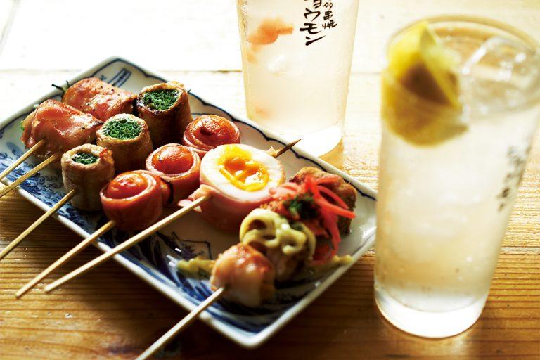 毎日手差しで仕込む博多串焼は1串130円~。焼きそば 220円など変わり串も。
