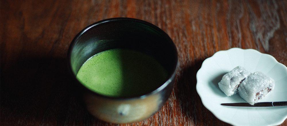 喫茶室〈嘉木〉での薄茶、京極の昔 700円。京都の和菓子付き。