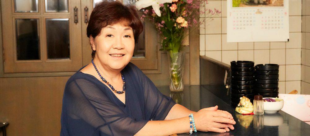 「嫌なことはあるけれど、明けない夜はない。」 昭和のスナック〈ハートのエース〉の美智子ママが上を向いて歩く理由。