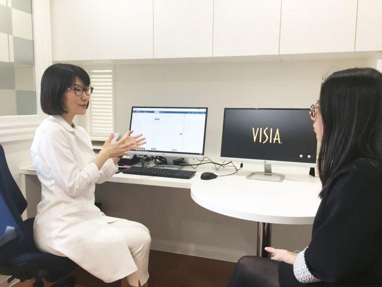 野本真由美先生/美容漢方の第一人者。「病気を診るのではなく人を診る医療」がモットーで、一人ひとりに合った治療を提案。診療患者視点のスキンケア&メイク、サプリメント、メガネも開発。