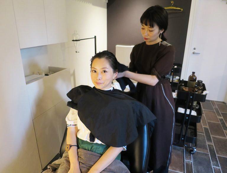 「フラワーフォール」で使う液は、洗い流さずに頭皮と髪に浸透させていく。