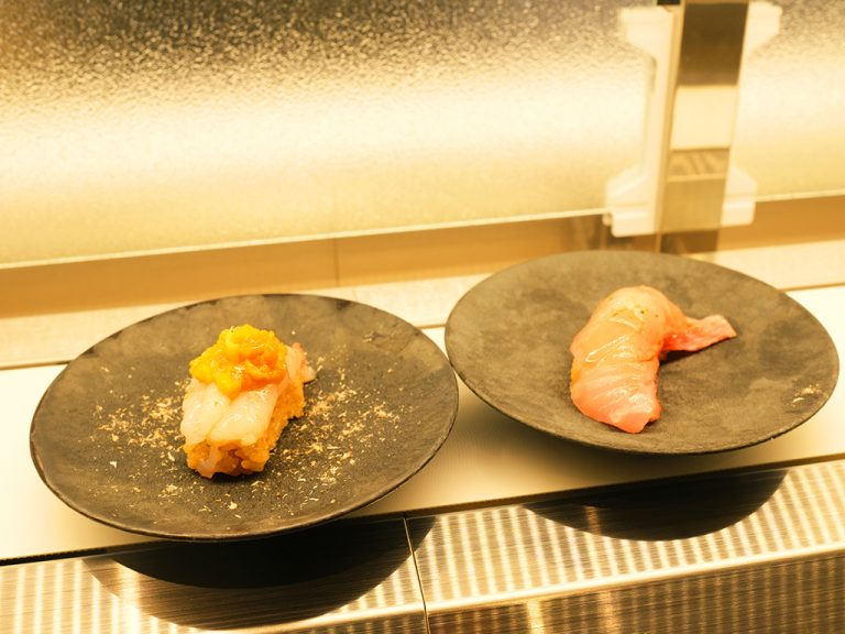 左:「氷結熟成生海老」1貫220円、右:「熟成サーモン」1貫180円。
