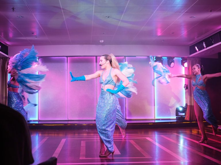 専属ダンサーズと歌手によるショー。