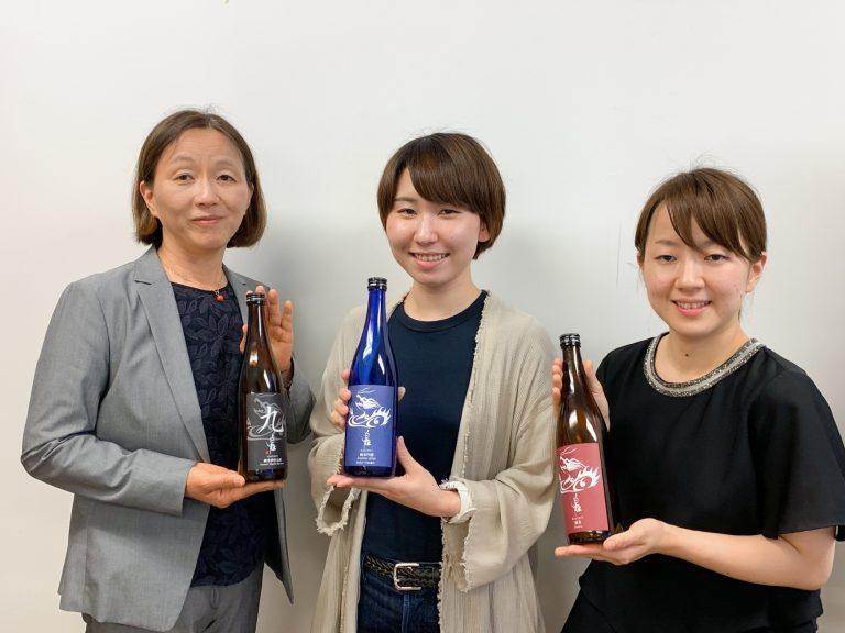 左がお母さまの吉田由香里さん、右が娘で杜氏の吉田真子さん。父の遺志を継ぎ、蔵を支える。