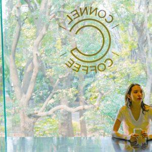 青山の隠れ家カフェ〈CONNEL COFFEE〉へ。緑溢れる眺望はまるで都会のオアシス。/Alice's TOKYO Walk vol.42