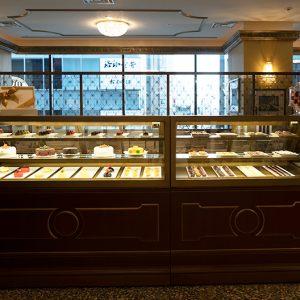 重厚感あるショーケースには、ケーキ類が整然と並びます。