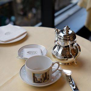 美しい銀のティーポット。ティーカップは〈リチャードジノリ〉のもの。