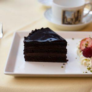 〈COVA〉のアイコンメニューとも言えるチョコレートケーキの「サーケル」。