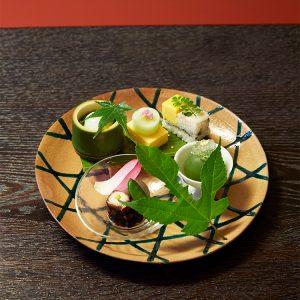 日本料理の伝統と美意識を守りつつ、のびのびと創意工夫を凝らす「五味自在」を標榜する料理長。器も自身の審美眼で選ぶ。鱧子豆腐など八寸が美しく盛られた皿は6代目高橋道八の写し。