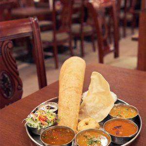 カレー2種にサンバル、ラッサムなどの定番のスープがついたバスマティライス・ミールズ 1,500円。