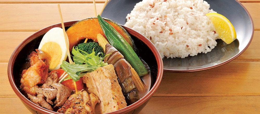 北海道産に限りなくこだわった素揚げ野菜は、彩り豊かでボリュームたっぷり!「パリパリ知床鳥の野菜カレー」1,203円。