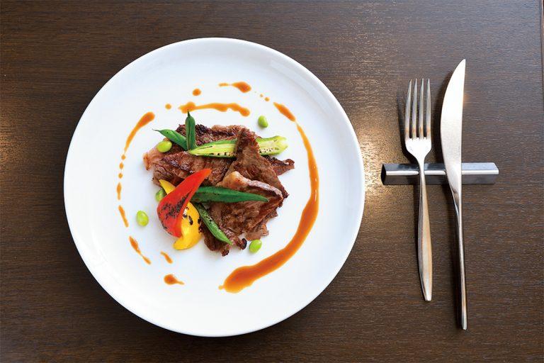 熊本県菊池市の米を食べて育った「えこめ牛」はあっさりヘルシーなのに旨みたっぷり。熊本県産えこめ牛のステーキ 2,685円。