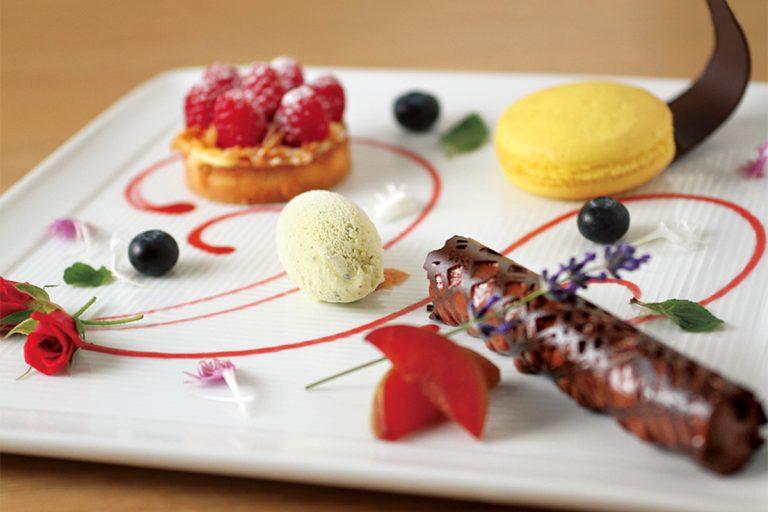 デザートはフルーツショートケーキかデザートの盛り合わせを選ぶ。1日10名限定で、ランチは13:30、ディナーは20:00までに入店。
