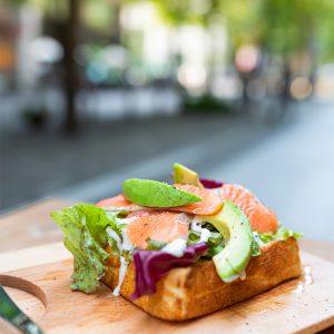もちもち食感の食パンにサラダをのせた「サーモンとアボカドのサラダトースト」650円。