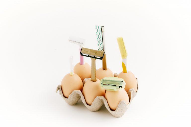 (4)「 ファミリーアソー刀 」:家族みんなのカミソリホルダー。柄が卵ということで、 「やさしく剃ってね」との気持ちも込められている。