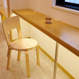 椅子は、北欧を代表する家具ブランド〈アルテック〉を使用。耐久性は抜群、木の本来の丸みを生かしたデザインに。